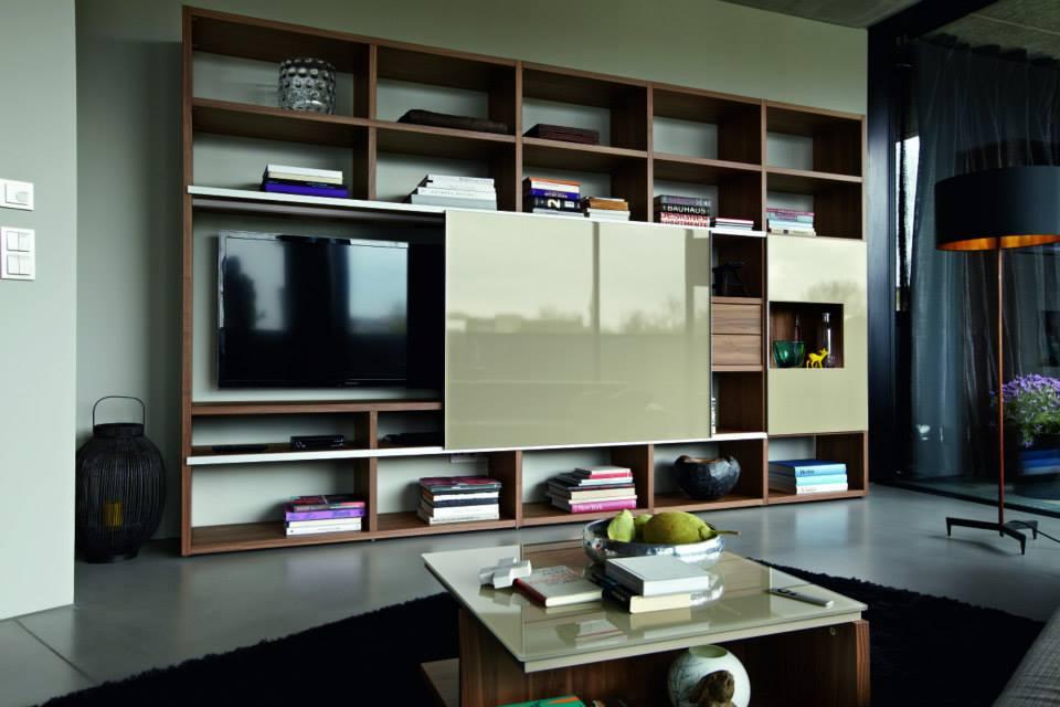 Mueble tv con altavoces y ipad